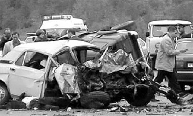 """Косвенной причиной аварии стала мокрая трасса. Все пассажиры """"Волги"""" скончались на месте: Валерий и Ирина Харламовы, а также ее двоюродный брат Сергей Иванов."""