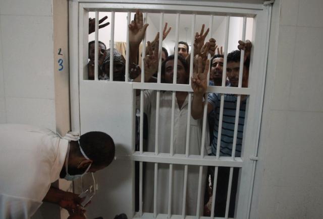 """...остальных заключенных отправляли обратно в камеры. Затем охранники подходили к провинившемуся, начинали его бить и пытать""""."""