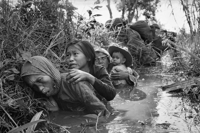 Вместо шумных вечеринок и фейерверков идут ожесточенные бои. Горят здания, на улицах много трупов. Американские войска и южновьетнамская армия пытаются дать отпор противнику, вытеснить его в джунгли.
