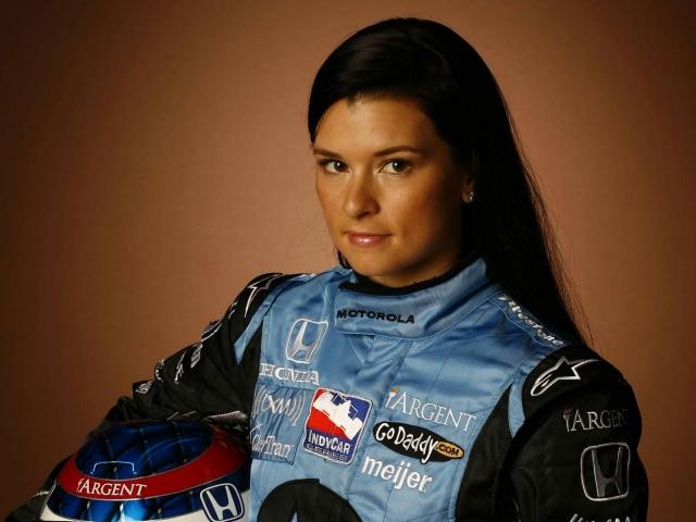 """Первой женщиной-лидером гонки """"Инди-500"""" в 2005 г. стала Дэника Патрик (США)"""
