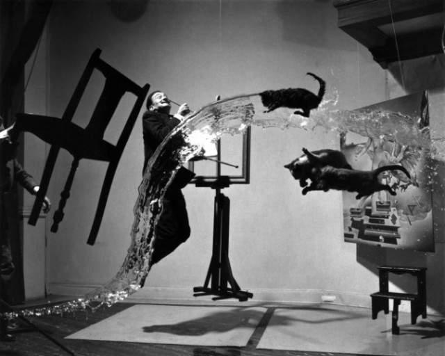 В 1948 году на развороте журнала Life был опубликован вариант фото без ретуши. На нем хорошо видна леска, на которой подвешены к потолку мольберт, две картины и табуретка. Видны также руки помощника, удерживающего на весу стул.