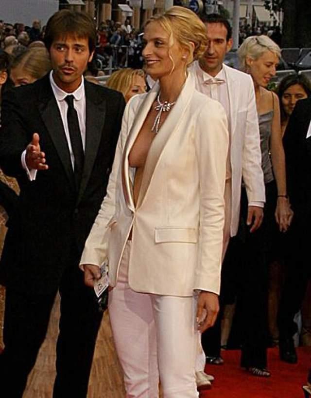 Сара Маршалл На каннском кинофестивале в 2008 году актриса Сара Маршалл оказалась в неловкой ситуации: она забыла закрепить на коже лацканы жакета, демонстрируя весь вечер груд всем присутствующим .