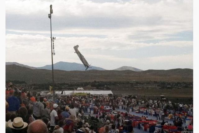 Самолет врезался в так называемые премиальные трибуны. Погибло 10 человек.
