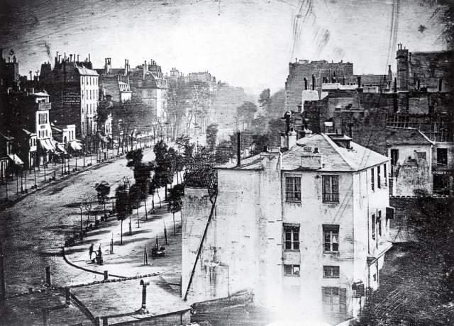 Бульвар дю Тампль в Париже, Луи Дагер, 1839. На заседании Академии наук и Академии изящных искусств в тот год была представлена первая фотокамера - весом 50 кг и с пластинами размером 16,5х21,5 см. В первый же день аппарат был продан за $25 тысяч.