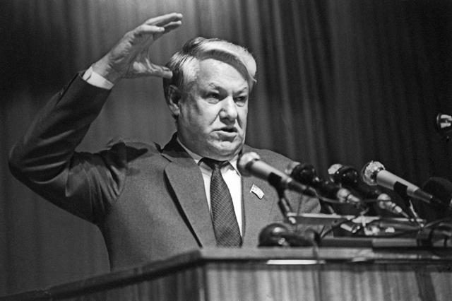 В 1990 году самолет в котором летел Ельцин в Испанию попал в аварию. Он совершил очень жесткую посадку, в результате которой Борис Николаевич получил серьезную травму позвоночника. Позже много говорили о том, что эта авария была подстроена КГБ.