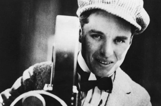 У Чаплина были голубые глаза и темные кудрявые волосы, но актер стремительно поседел к 35 годам.