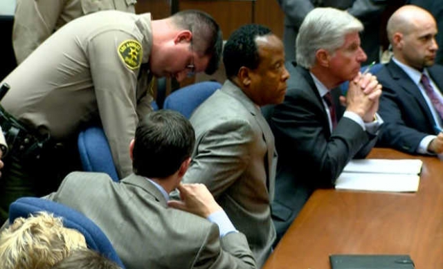 """Присяжные версии врача не поверили, обвинив его еще и в том, что для того, чтобы вызвать """"скорую"""" ему потребовалось 20 минут."""