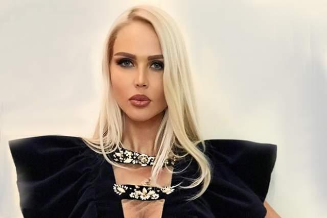 В 2012 году молодая семья переехала в Англию, там яркая блондинка быстро стала известной. Девушка стала заниматься дизайном вечерних нарядов, а вскоре представила первую коллекцию одежды. Примечательно, что Мария стала и разработчиком платьев, и моделью, самостоятельно демонстрирующей собственные творения.
