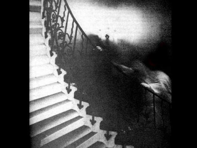 """Призрак на лестнице в Национальном музее Гринвича (Англия). Бывший священнослужитель сделал свою знаменитую фотографию в 1966 году. Эксперты, включая несколько специалистов от корпорации """"Kodak"""", пришли к выводу, что данное изображение не является подделкой."""