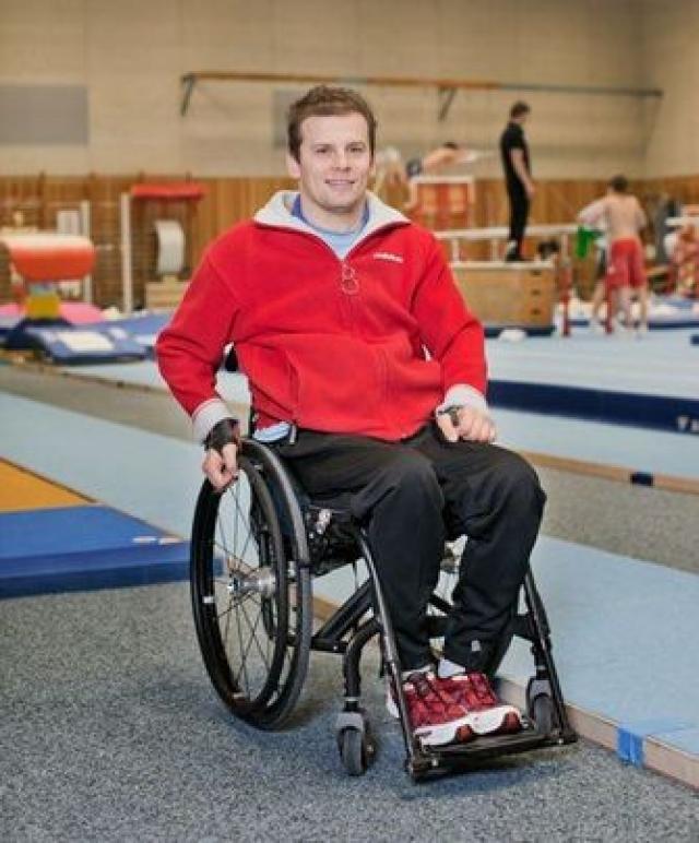 Прогнозы врачей оправдались - Ронни Зисмер до сих пор прикован к инвалидному креслу, однако руки у него не парализованы и он борется за каждый миллиметр движения.