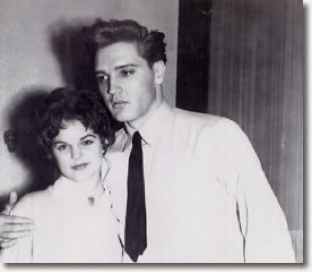 Элвис Пресли. Присцилле Болье было всего 14 лет, когда она встретила 26-летнего Элвиса на вечеринке и начала с ним встречаться.