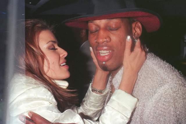 """Кармен Электра и Деннис Родман. В 1998 году """"спасательница Малибу"""" вышла замуж за экстравагантного баскетболиста, причем в момент заключения брака парочка была пьяна."""