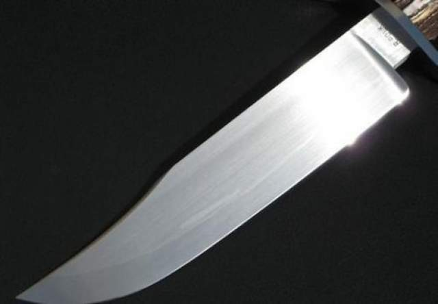 Джеймс Блэк (1800 - 1872) Джеймс Блэк был кузнецом из Арканзаса, а также создателем оригинального ножа Боуи, дизайна Джима Боуи. Боуи уже был известен благодаря его дуэли на ножах в 1827 году. Его убийство троих человек в Техасе, а также его смерть в битве при Аламо, сделали его и его нож легендой. Ножи Блэка, как известно, были чрезвычайно жесткими, но гибкими.
