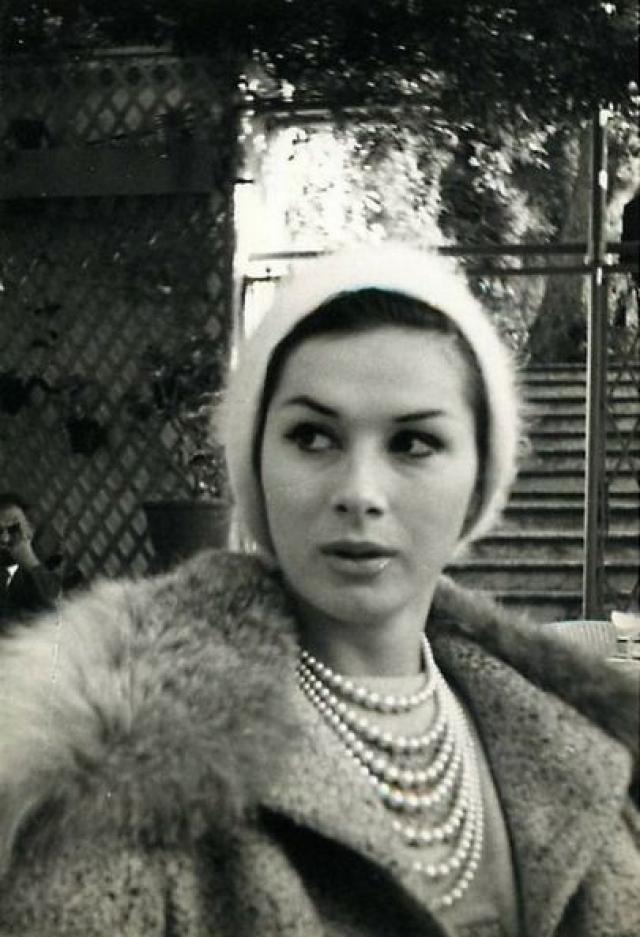 """Вернувшись в Лондон, Эйприл Эшли попала во все газеты. Ее стали приглашать сниматься в кино, журнал """"Vogue"""" выбрал ее в качестве модели и сделал фотосессию."""