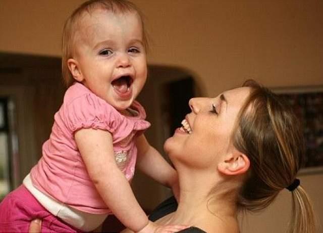 Мозг девочки стабилизировали суперклеем Девочка Элла-Грейс Ханимэн с рождения страдает от редкого заболевания кровеносных сосудов - аневризмы. При этом кровь могла просачиваться к ней в мозг из отверстий в сосудах.