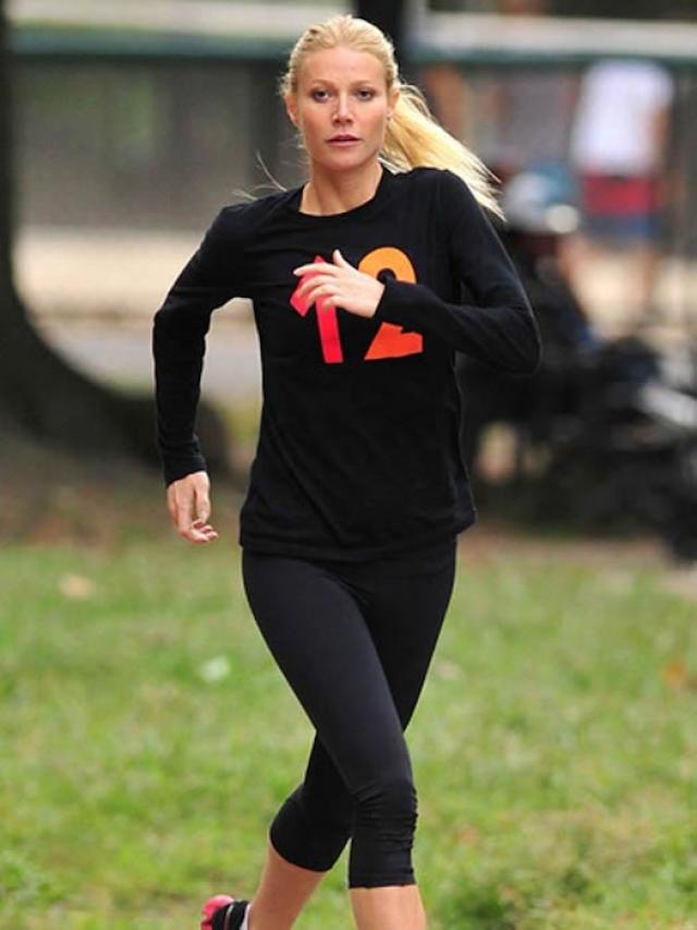 """Гвинет Пэлтроу. Секрет актрисы - 45 минут кардио и 45 минут силовых упражнений каждый день: """"Заниматься спортом можно даже с ребенком в комнате. У меня тоже бывали периоды, когда я занималась вместе со своими детьми, ползающими вокруг. Просто заставляйте себя делать это""""."""