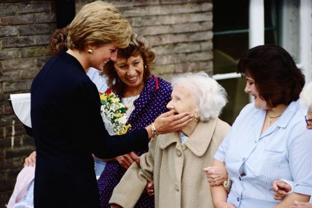 Все это время Диана активно занималась общественной и миротворческой деятельностью. Она основала несколько благотворительных организаций, открывала хосписы и больницы, помогала бездомным, детям с пороком сердца и больным лейкемией.
