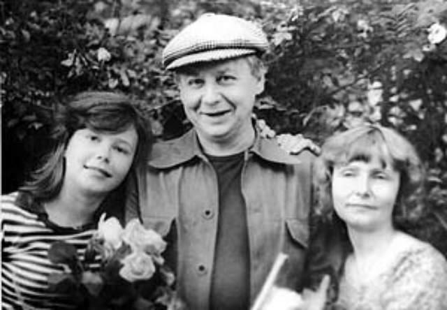 Олег Табаков с первой женой и дочкой Сашей.