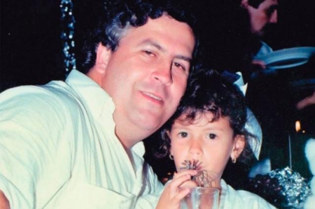 Сын наркобарона Себастьян Маррокамн в октябре 2009 года заявил, что как-то, в очередной раз скрываясь от преследования, Эскобар вместе с сыном и дочерью оказался в высокогорном укрытии. Ночь выдалась крайне холодной, и пытаясь обогреть дочь и приготовить еду, Эскобар сжёг около 2 млн долларов наличными. На фото: Эскобар с дочерью Мануэллой