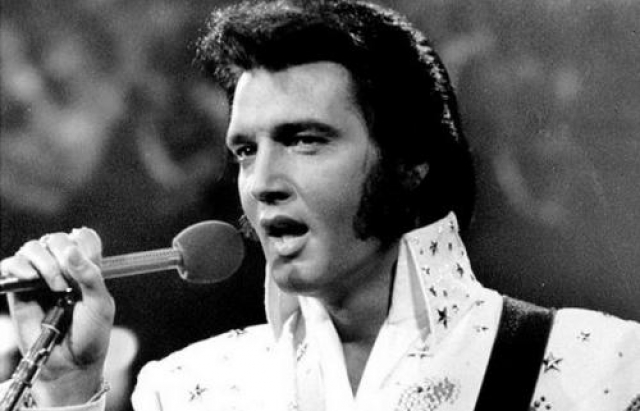 Элвис Пресли (1935-1977). Некоронованный король рок-н-ролла скончался в собственном туалете во время чтения журнальной статьи Star The Scientific Search for the Face of Jesus.
