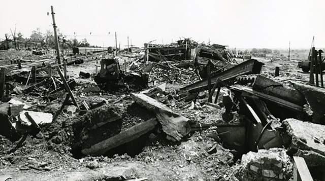 Грузовой поезд, следовавший из Дзержинска в Казахстан, груженый промышленными взрывчатыми веществами общим весов в 118 тонн, шел по железнодорожной насыпи, которая немного возвышалась над домами, стоявшими вплотную к путям. В этот момент и произошел взрыв.