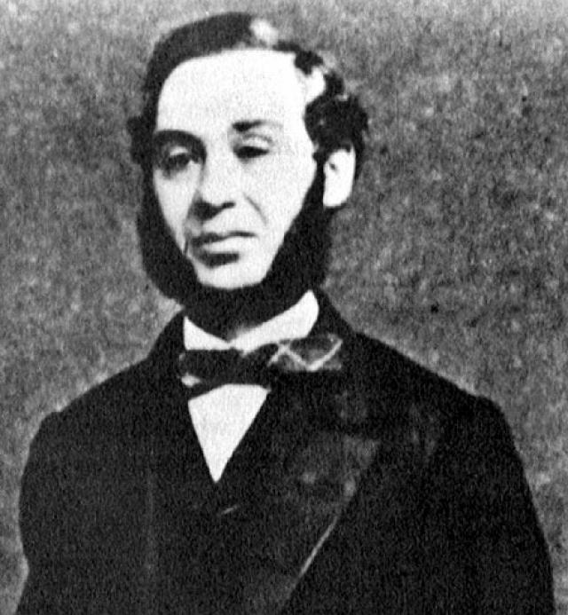 В 1872 году Джейкоб Дэвис придумал способ крепления карманов на брюках медными заклепками, благодаря чему карманы не отрывались. Брюки с заклепками понравились его клиентам, и Дэвис решил запатентовать эту идею. Собрать $68 на патент он не смог, поэтому обратился к своему поставщику, Леви Штрауссу, написав ему письмо. Так и появились всем знакомые джинсы.