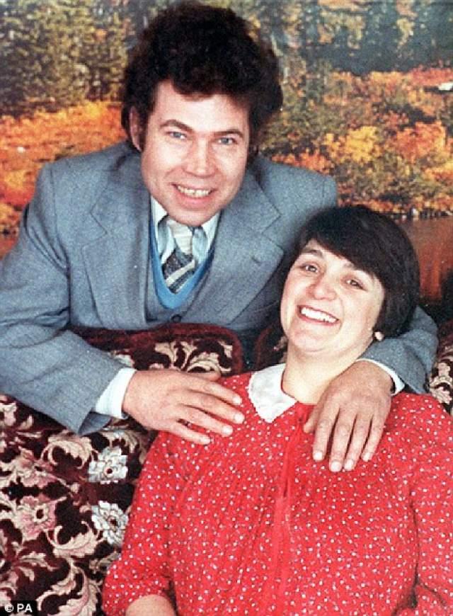 В январе 1973 года Розмари и Фред оштрафовали за сексуальное насилие и развратные действия. Одна из жертв сумела сбежать от них и заявить в полицию. Супругов это не остановило. Они знакомились с девушками на остановках, приводили к себе домой, издевались над ними несколько дней, а после убивали.