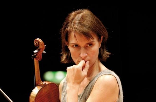 """В дальнейшем Муллова жила в разных странах, в последнее время в Лондоне. После эмиграции она """"сделала на Западе ошеломительную карьеру, уверенно заняв место в самом верхнем эшелоне современного скрипичного исполнительства"""