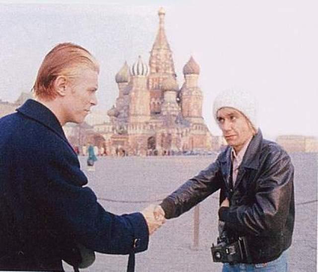 1976 год, Дэвид Боуи, как и планировал, поборол боязнь самолетов, и приехал в Москву с Игги Попом.