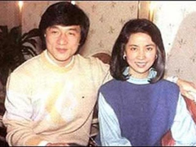 Джеки с начала 80-х женат на тайваньской актрисе Линь Фэнцзяо.