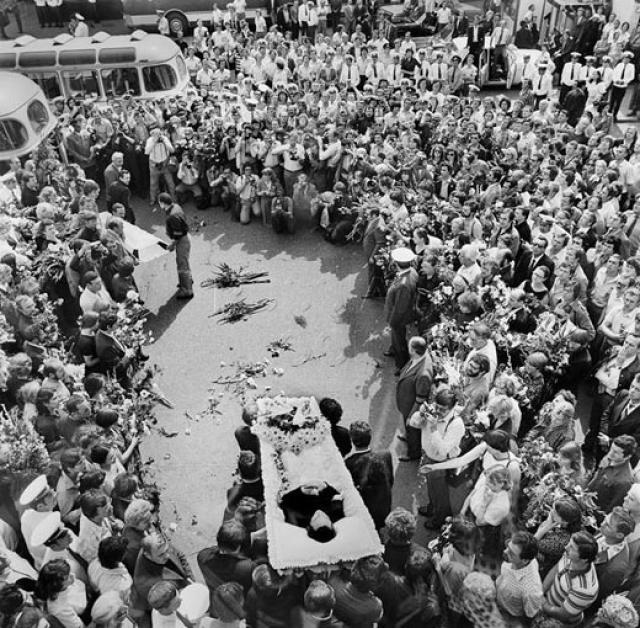 Единственным случаем, с которым правоохранители не смогли справиться, были похороны Владимира Высоцкого. На Таганке и у Ваганьковского кладбища собралась толпа, пришедшая почтить память знаменитого музыканта и актера.