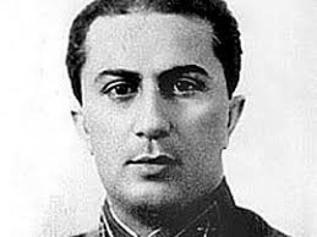 Отпрыски Сталина тоже один несчастнее другого. Яков , старший сын Сталина, родился, когда его отец был никому не известным революционером. Мать мальчика скончалась от тифа.