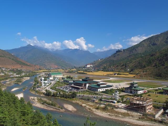 Аэропорт в Паро в Королевстве Бутан считается одной из самых сложных гаваней для осуществления взлета и посадки. Аэропорт расположен в долине, и окружен гималайскими вершинами. А потому пилоты вынуждены маневрировать среди гор и совершать быстрые спуски.