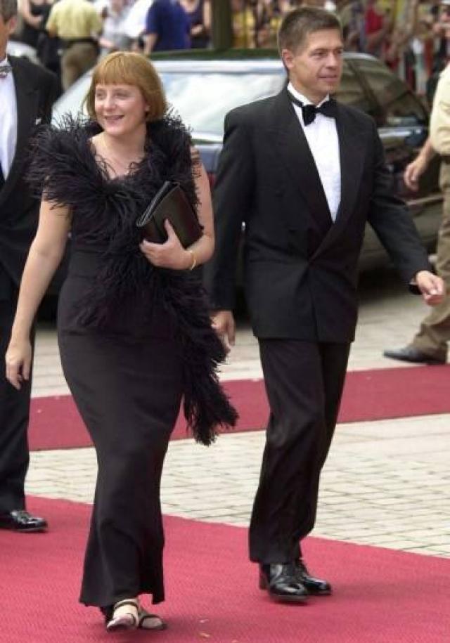 Ангела Меркель привлекает особое внимание журналистов, надевая платья и юбки, а тем более вечерние наряды. Правда иногда, очевидно, она явно не задумывается о выборе обуви.