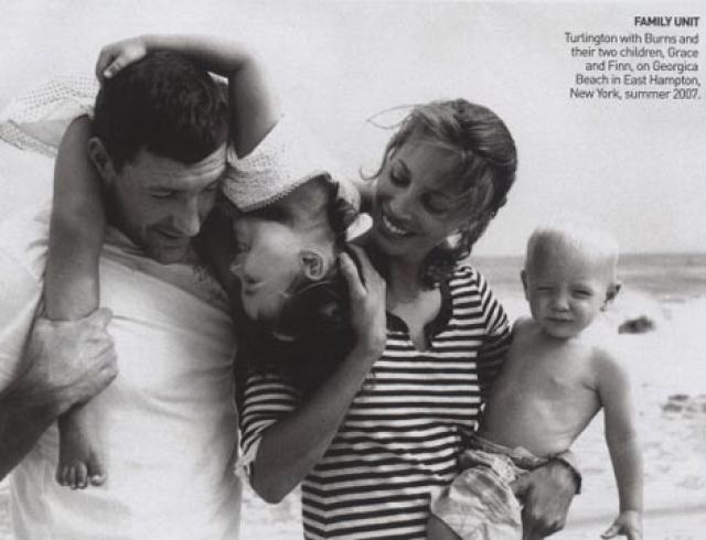 Однако долго друг без друга они не выдержали, поэтому в 2003 году наконец-то поженились. Вскоре в браке у пары родились прекрасные дети – девочка Грейс в 2003 году и мальчик Финн в 2006 году.