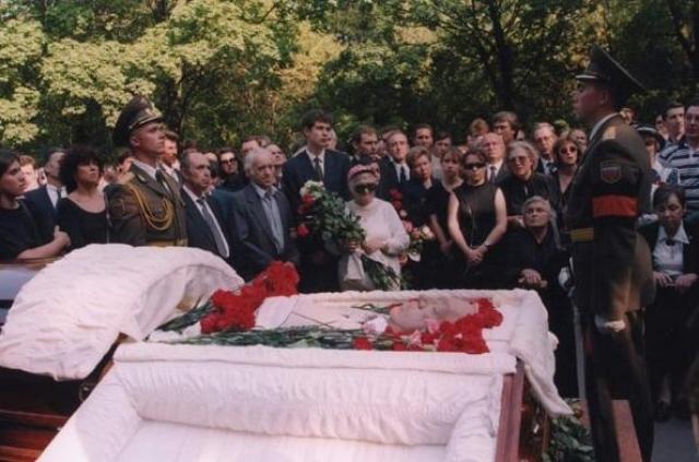 Юрий Владимирович Никулин скончался 21 августа 1997 года из-за осложнений после операции на сердце.