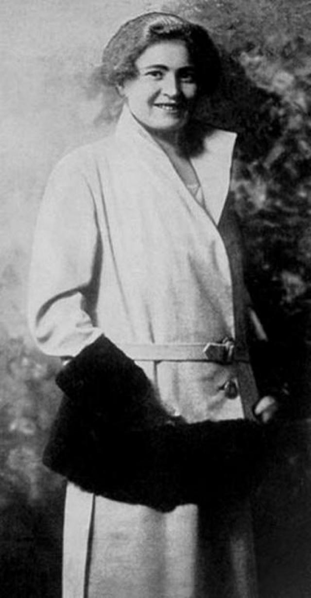 Ракель Муссолини. Ракель - любимая супруга итальянского диктатора Бенито Муссолини. Вместе они прожили 30 лет, и во время режима его правления Ракель изображалась как образцовая мать и хозяйка.