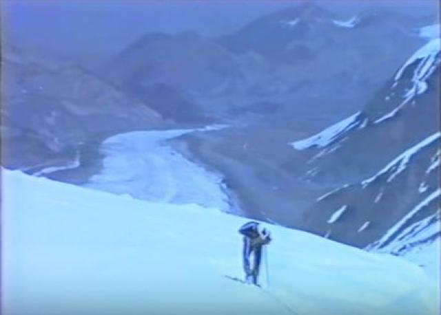 Спустя несколько дней удалось сделать фотосъемку места катастрофы с борта вертолета. Сверху было видно – обвал был настолько мощным, что снежная масса перехлестнула весь склон и как совком скинула лагерь альпинистов в ледовые трещины ниже по склону.