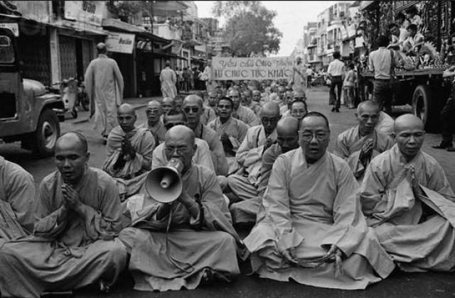 """10 июня 1963 года находившиеся в стране американские корреспонденты получили сообщение о том, что напротив камбоджийского посольства произойдет """"нечто важное"""". Утром в назначенное место прибыли несколько журналистов."""