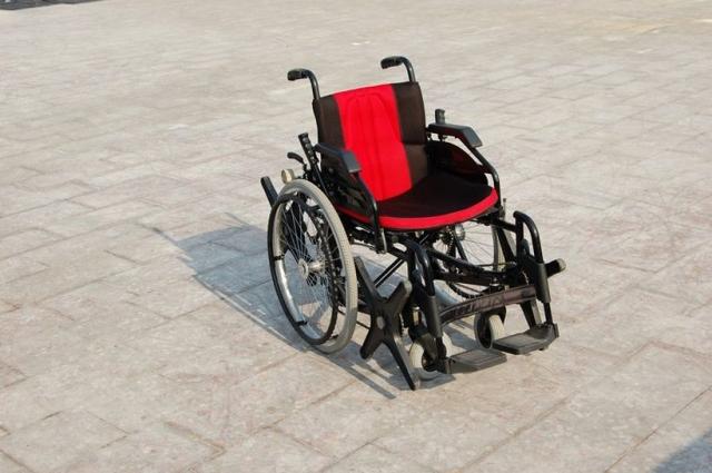 """...Они меня пригласили. А потом, по возвращении, мне сказали, что по """"Евровидению"""" показали свою, то есть мою, инвалидную коляску. Так что скоро наши инвалиды будут покупать наши коляски у французов,"""" - рассказывал переживший инфаркт изобретатель."""