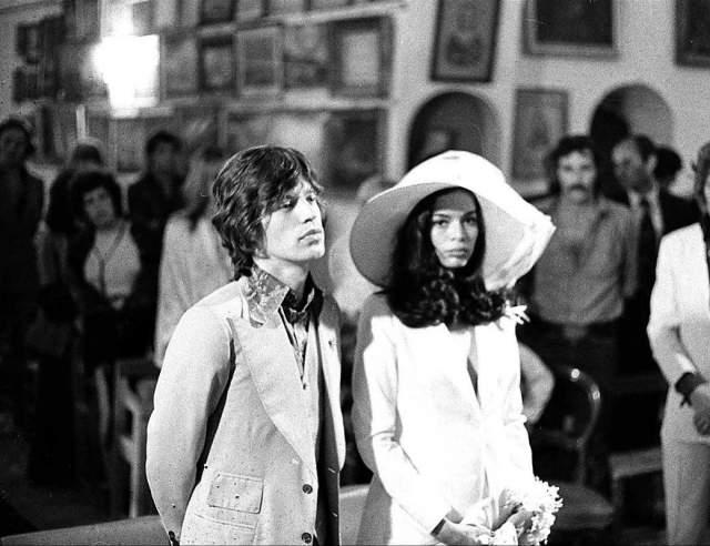 Мик Джаггер Период 70-х был авантюрным в жизни музыканта. Однажды Мик заявил, что в его постели побывало не меньше 5 тысяч женщин. Как бы то ни было 12 мая 1971 года Джаггер женился на Бьянке Де Мациас. Девушка была родом из Никарагуа. Уже осенью того же года Бьянка родила Мику дочь Джейду.