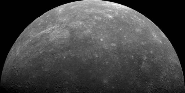 """Планета Меркурий. Это составное изображение содержит более 140 кадров, снятых автоматической межпланетной станцией """"Маринер-10"""" 29 марта 1974 г."""
