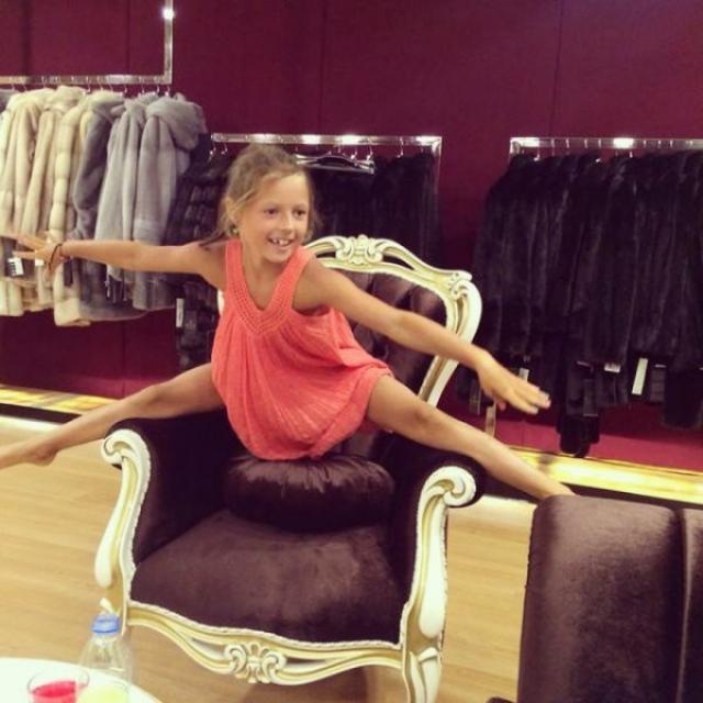 Также Анастасия тренирует дочь в позировании в шпагате.