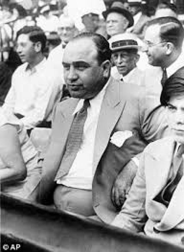 В это же самое время оставшиеся ему верными гангстеры Чикаго после многолетних поисков все-таки нашли сменившего имя Эдди О'Хейра и жестоко убили давнего врага Капоне в его собственной машине.