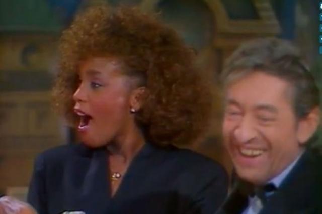 """А в 1986 году произошел курьез с Сержем Генсбуром. Известный своим скандальным поведением француз, будучи пьяным, в прямом эфире по телевидению сказал Уитни """"I want to f*ck you"""" , что ее абсолютно шокировало."""