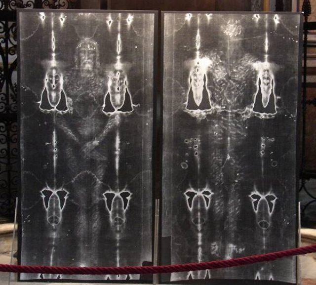 Споры вокруг плащаницы ведутся уже более 650 лет. В 1353 году граф Жоффруа де Шарни представил публике льняное полотнище размером 4 х 1 м со смутным изображением обнаженного тела в двух проекциях — спереди и со спины. Граф объявил это полотнище подлинной погребальной пеленой Иисуса Христа, в которую его якобы завернул Иосиф и которая, если верить Евангелию, была обнаружена в гробнице Петром и Иоанном.