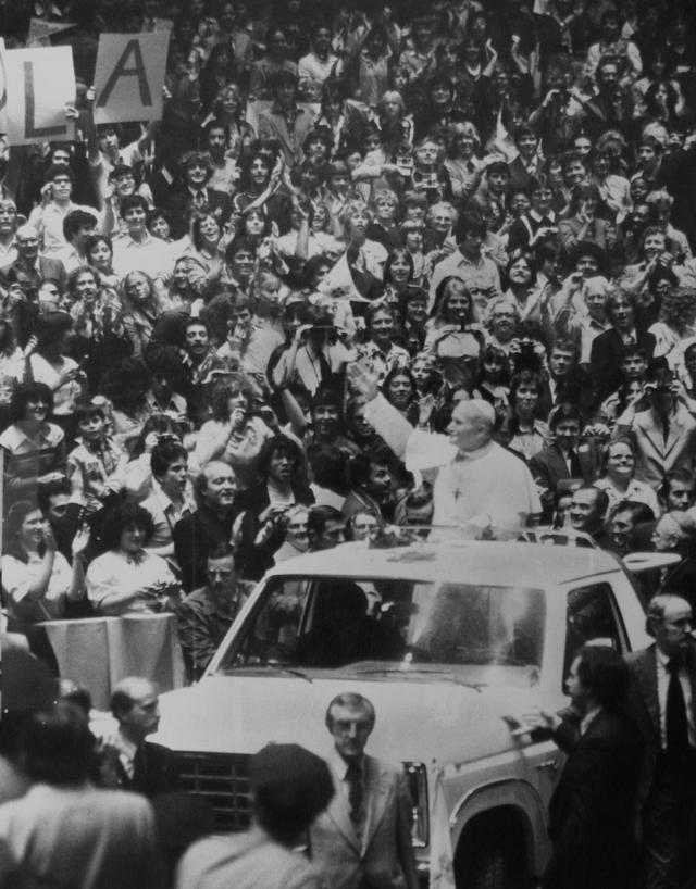 В пять часов вечера, точно по графику, небольшой автомобиль Папы проследовал через Колокольную арку и въехал на площадь.