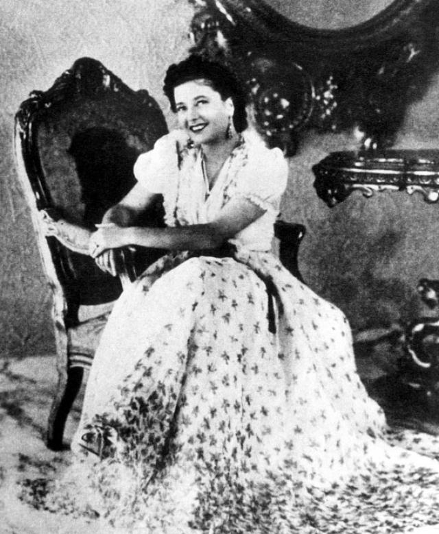 С раннего детства Клара стала фанатичной поклонницей диктатора: она писала ему письма, которые, однако, не доходили до Муссолини, оседая в секретариате.