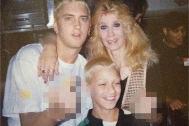 В молодости исполнитель плюс ко всему был официальным опекуном своего сводного брата Натана Кейна, которому сейчас 29 лет.