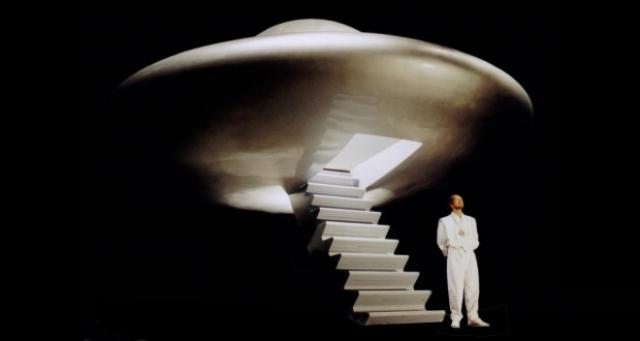 Элохим сказал ему, что жизни на Земле создали инопланетяне с помощью генной инженерии и клонирования. Раэль привлекает в свою секту людей, обещая им вечную жизнь, секретом которой он якобы владеет.